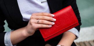 Jak kupić niedrogi portfel damski ze skóry naturalnej? Poradnik na prezent i na co dzień